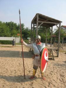 Deze laat-Romeinse soldaat (afstammeling van mij?) draagt een schubbenpantser en scheenplaten.
