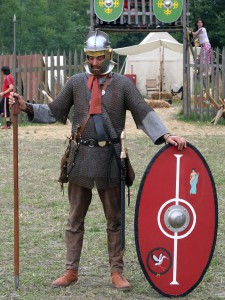 De Romeinse soldaat uit de 3e eeuw: gladius en pilum zijn verruild voor spatha en spiculum. Het schild is lichter en vlak in plaats van krom.