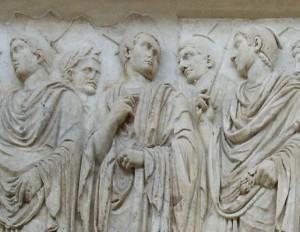 Priesters, te herkennen aan zaken zoals de puntige hoofdbedekking altaar uit de 1e eeuw na Chr.)