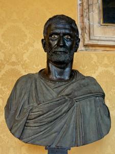 De Capitolijnse Brutus. Hoewel er geen vaststaand bewijs is wordt deze buste in het Capitolijns Museum traditioneel als portret van Lucius Iunius Brutus beschouwd.