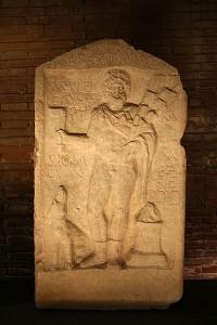 De god Silvanus profeteerde dat Rome de winnaar van de veldslag bij zijn woud was. Altaarsteen uit het Capitolijns Museum.