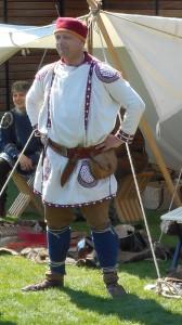 Laat-Romeinse soldatenkleding: tunica met lange mouwen en versieringen, een broek, beenwindsels, dichte schoenen en een Dacische muts. Natuurlijk gaat er nog een pantser overheen indien nodig.)