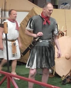 Soldaat in stijl van begin 1e eeuw, zonder cingulum met twee baltei en pteruges. De soldaat achter hem draagt wel een cingulum, zoals een halve eeuw later.