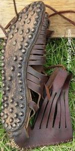 Caligae worden met stevige noppen beslagen, zodat ze minder snel kapot gaan.
