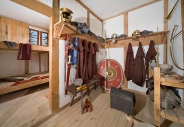 Stapelbedden en een klein opslagkamertje voor een contubernium legionairs! Blij dat ik promotie gemaakt heb.