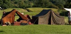 De soldaten in de tijd van Julius Caesar verbleven nog vaak in tenten (natuurlijk wel met een stevige omheining). Barakken vond je vooral in de winterkampen.