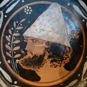De pileus, het Griekse hoofddeksel dat de vrijheid symboliseerde.