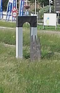 Nog een monumentje dat naar het Romeinse verleden verwijst. Dit poortje staat aan de Voorschoterweg, niet ver van de vicus van Valkenburg-De Woerd.