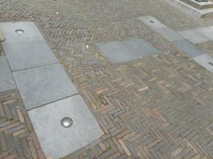Betonnen tegels in het centrum van Woerden geven de omtrek van Laurium aan. Op de tegels staat uitleg over de geschiedenis van het castellum.
