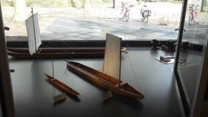 Schaalmodellen van de platbodems uit Zwammerdam, tentoongesteld in Grand Café De Haven.