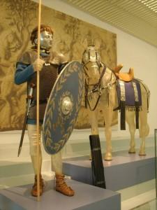 Een weergave van het mogelijke uiterlijk van een Bataafse ruiter met lichte helm en gezichtsmasker, in Museum het Valkhof.
