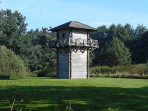 De wachttoren bij Fectio. Het is onwaarschijnlijk dat wachttorens zo dichtbij de forten stonden, maar het blijft een fraaie replica.