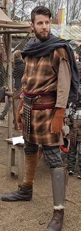 Deze soldaat herkenbaar aan zijn riem en scheenplaten) is duidelijk Gallo-Romeins.