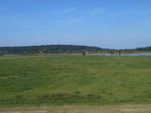 De noordoever van de Neder-Rijn is veel heuvelachtiger. Als Elst destijds ten noorden ervan lag, moet het dus erg strategisch zijn geweest.