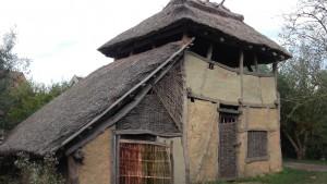 In het Prehistorisch Dorp Eindhoven vind je ook gebouwen uit de Romeinse tijd, maar dan wel inheemse! Neem nou deze uitkijktoren...