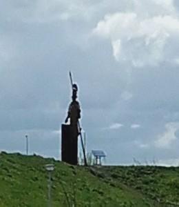 Een metalen Romein bewaakt de... eh.. N11...