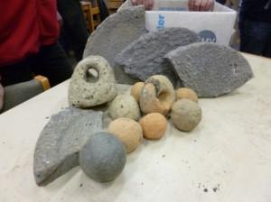 Stenen vondsten uit Maurik: ballistakogels, maalstenen en nettenverzwaring. (Foto: Historische Kring Kesteren en Omstreken)