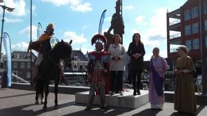 Burgemeester Spies en mw. Chorus van het vicus-project openen de Romeinenweek.