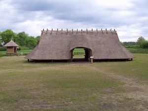 Inheemse nederzettingen bestonden oorspronkelijk vooral uit boerderijen, zoals de IJzertijdboerderij in Dongen. Andere onderdelen waren spiekers (zoals hier links te zien) voor de opslag van voedsel, en werkplaatsen.