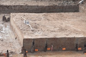 De Romeinse weg met resten van beschoeiingen, zoals ontdekt bij de Rietsloot. (Bron: Vici.org)