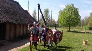Laat-Romeinse soldaten, met een lange hasta, spatha en Berkasovo-helm.