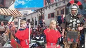 Als Romein op de foto in een Romeinse straat, met een Romeinse centurio!