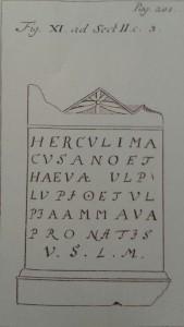 Tekening van de votiefsteen voor Hercules Magusanus en Haeva. De verloren steen is een goed voorbeeld van de vermenging van Romeinse en lokale cultuur.