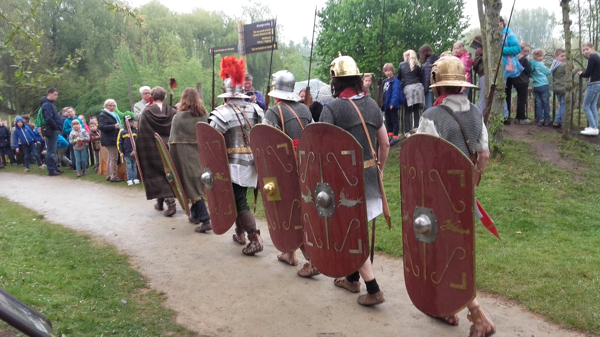 De Romeinse soldaten en Keltische krijgers trekken gezamenlijk ten strijde.