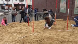 Hard op zoek naar scherven in het zand.