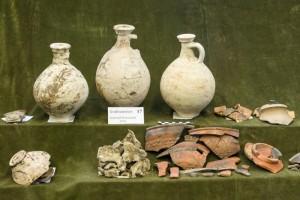 Aardewerk en crematieresten uit het grafveld op de Prinsenhof. De kruiken en de terra sigilata zijn duidelijk geïmporteerd.
