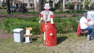 Een fraaie houten Romeinse soldaat! Daar heeft duidelijk veel werk in gezeten!