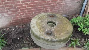 Een echte oude maalsteen in de Romeinse tuin!