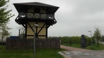 Wachttorens zoals dit nagebouwde exemplaar bij Castellum Hoge Woerd dienden als extra bewaking van de grens en de handelsroute.