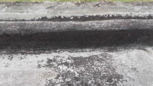 Over de zwarte veengrond ligt nog een dun zandlaagje.