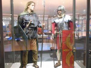 Romeins soldaat en Friese krijger, naast elkaar in het Huis van Hilde.