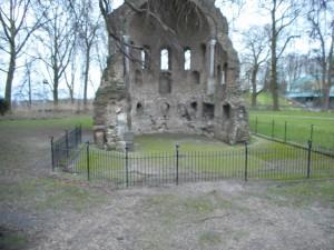 Zichtbare resten van mogelijk Romeins bouwmateriaal, hergebruikt in de zaal van keizer Frederik Barbarossa.