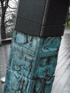 Een kunstwerk op het Kelfkensbos, voor Museum het Valkhof, bevat een replica van de godenpijler.