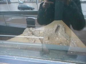 Een zichtbaar hypocaustum aan de voorzijde van het casino aan de Nijmeegse Waalkade. Het is een overblijfsel van laat-Romeins Noviomagus.