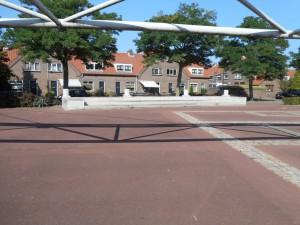 Markeringen en een klein gedenkteken voor de stadsvilla en tempels op het Maasplein.