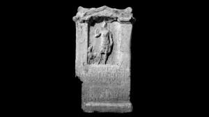 Het votief van Iseneucaega bevat een hond en pijlenkoker, wat doet denken aan de Romeinse jachtgodin Diana.