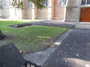 De funderingen van de tempel van Elst zijn niet alleen zichtbaar bij de Grote Kerk, maar ook eronder!