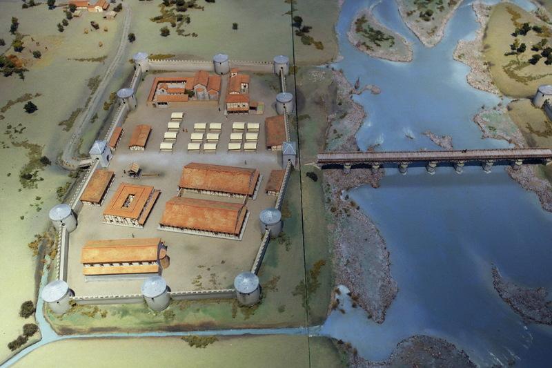 Model van het castellum van Maastricht met rechts de stenen brug. Let op de opvallende vorm van het castellum.