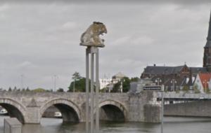 Een peiler met leeuw geeft de plek van de Romeinse brug aan. Op de achtergrond de 13e-eeuwse Servaasbrug, vernoemd naar de Laat-Romeinse bisschop.