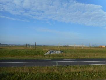 Een Romeinse weg zal niet van beton en asfalt zijn geweest. Toch geeft dit stuk nagemaakte Limesweg bij Valkenburg de doorsnee van een beschoeide agger goed weer.