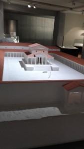 De Gallo-Romeinse tempel van Tongeren, gereconstrueerd in het Gallo-Romeins Museum.