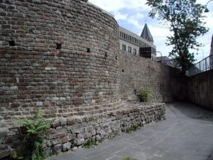 Een stuk stadsmuur van CCAA, nog steeds zichtbaar in het hedendaagse Keulen.