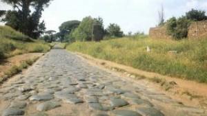 De Romeinse weg aan de Maas, nagemaakt bij Boxtel. Maar of hij ook zulke tegels had...?