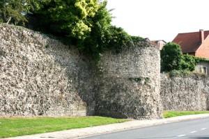 Een zichtbaar deel van de Romeinse stadsmuur in de Cesarlaan.