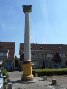 Een indrukwekkende keizerzuil geeft de locatie van het marktgebouw ten oosten van het Hunnerbergfort aan. De naam van het fort is niet duidelijk.